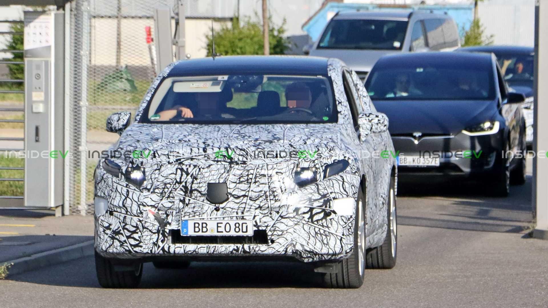 Mercedes-Benz, Yeni nesil EQC'yi test etmeye başladı.