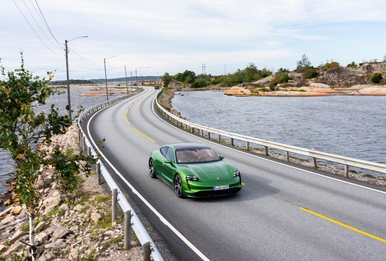 Porsche, 2021 Taycan'lar için opsiyon listesini genişletiyor.