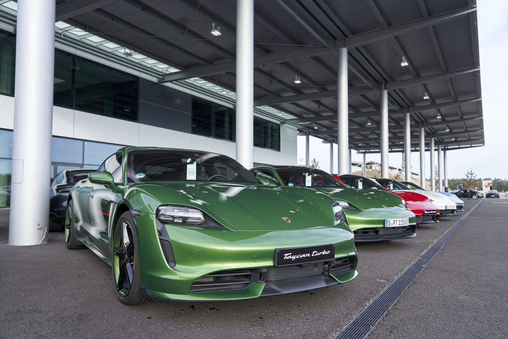 Taycan ABD'de binek Porsche modellerini solladı