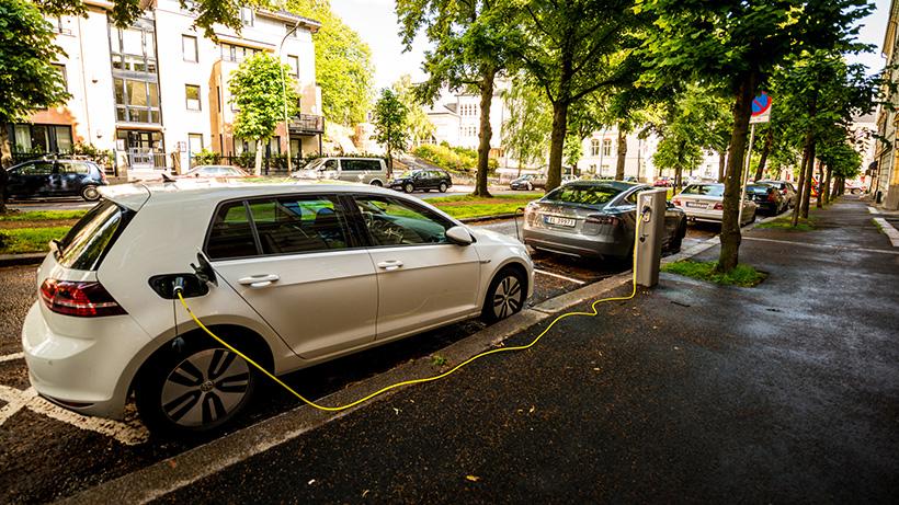 Elektrikli otomobil satışları ilk kez fosil yakıtlıları solladı