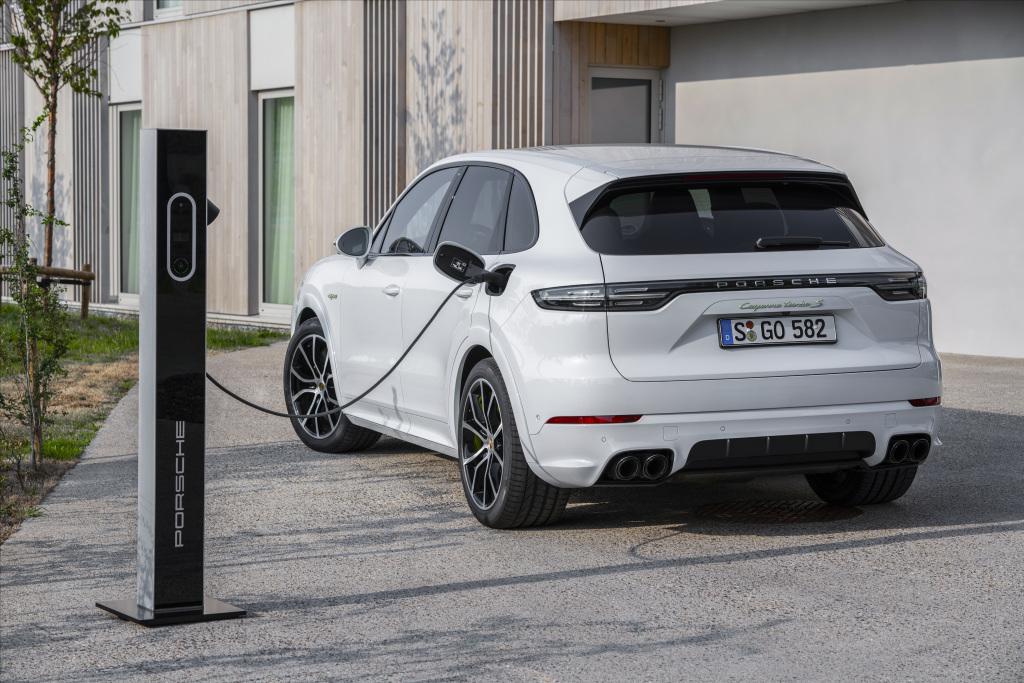 Porsche'den Cayenne için elektrik kokuları gelmeye başladı